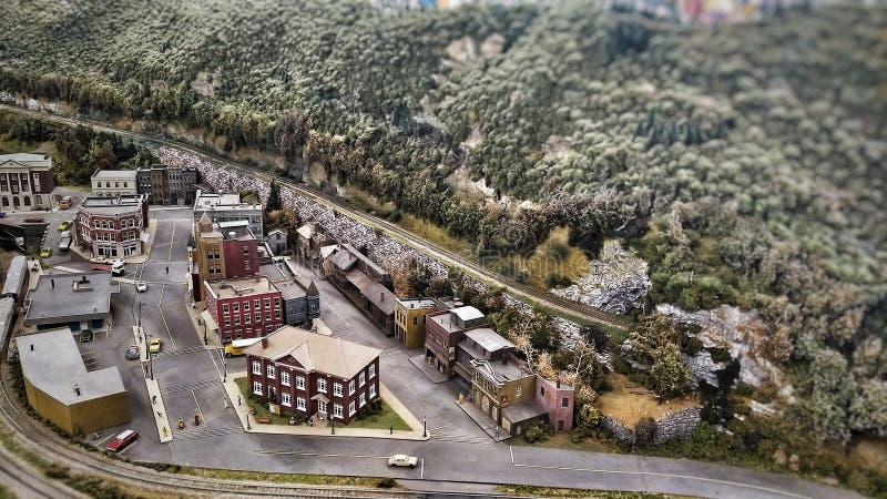 Flyg- sikt av en miniatyrstad för stad för leksakhobbyjärnväg royaltyfri fotografi