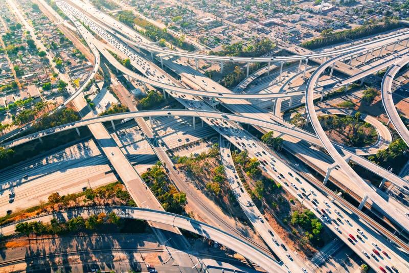 Flyg- sikt av en motorväggenomskärning i Los Angeles arkivfoton