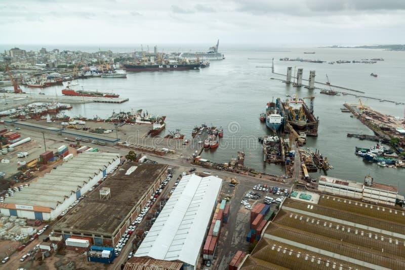 Flyg- sikt av en port i Montevideo arkivbilder