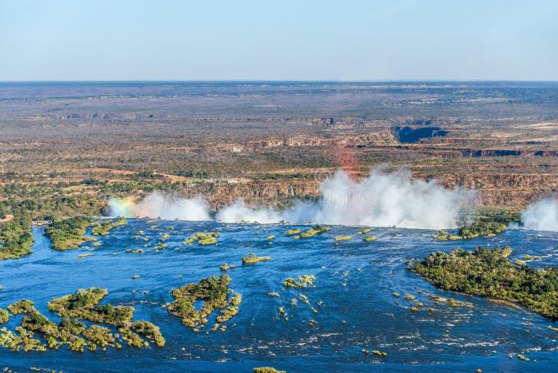 Flyg- sikt av en regnbåge över Victoria Falls arkivfoton