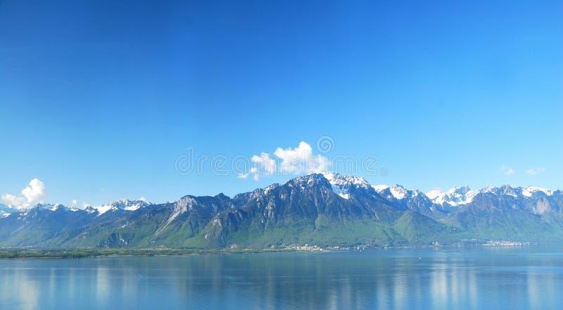 Flyg- sikt av en schweizisk landsby. arkivfoton