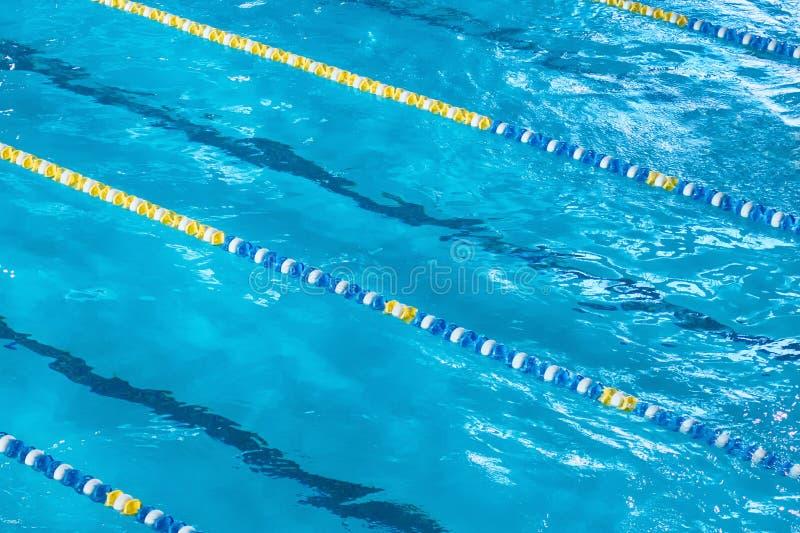 Flyg- sikt av en simbassäng med avdelare arkivfoton