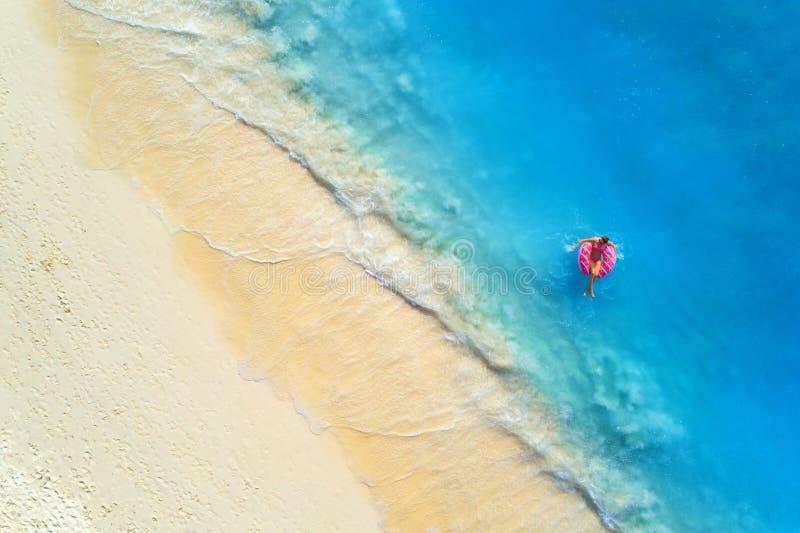 Flyg- sikt av en simma kvinna i havet p? solnedg?ngen royaltyfri foto