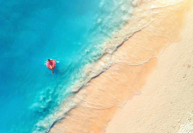 Flyg- sikt av en simma kvinna i havet p? solnedg?ngen royaltyfria bilder