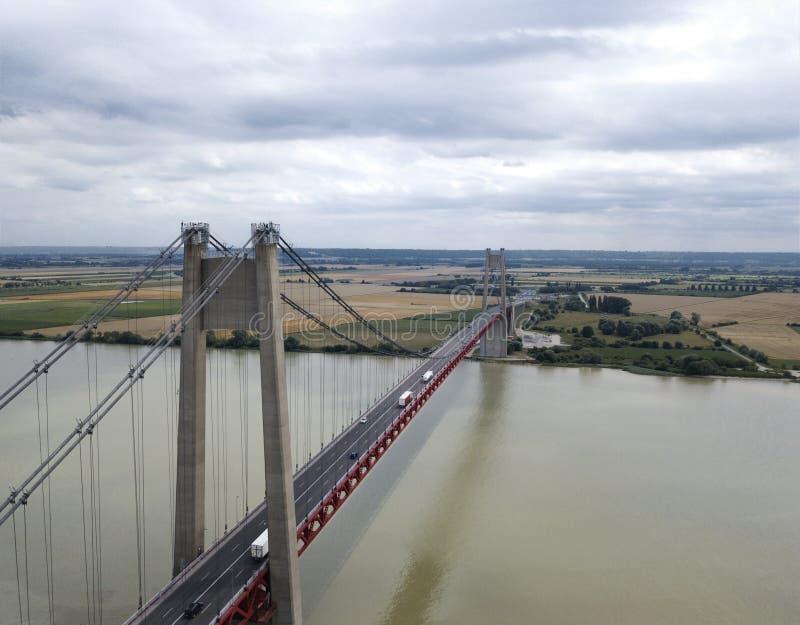 Flyg- sikt av en stor upphängningbro, Frankrike royaltyfria foton