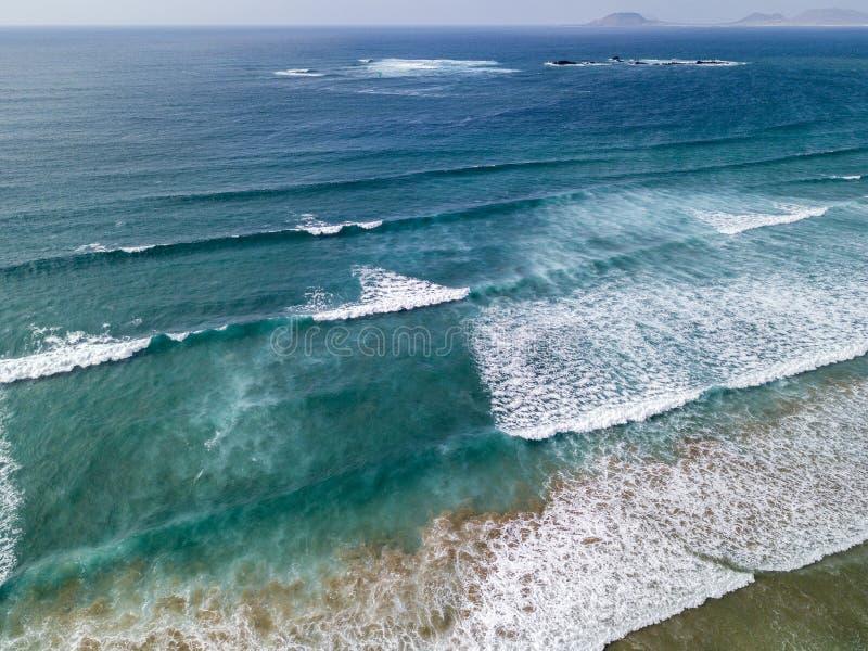 Flyg- sikt av en strand, kust, vågor som kraschar på den kustFamara stranden lanzarote spain royaltyfria bilder