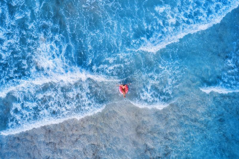 Flyg- sikt av en ung kvinna som simmar med munkbadcirkeln fotografering för bildbyråer