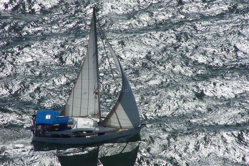 Flyg- sikt av en yacht arkivbild