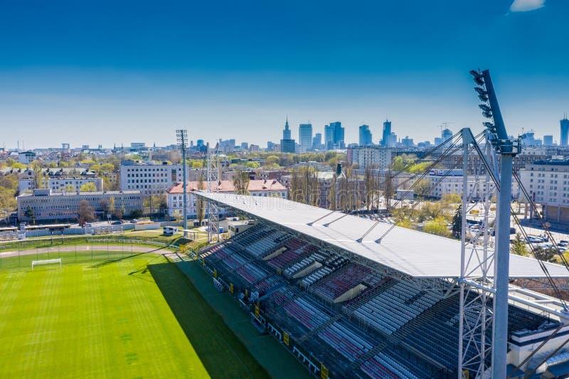 Flyg- sikt av ett fotbollfält som fångas av surret Abstrakta belysningbakgrunder f?r din design royaltyfria foton