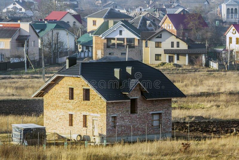 Flyg- sikt av ett nytt modernt bostads- hus under konstruktion Fastighetutvecklingsbegrepp Privat hem med att taklägga för metall arkivbilder
