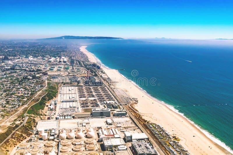 Flyg- sikt av ett oljeraffinaderi på stranden av LA arkivbilder