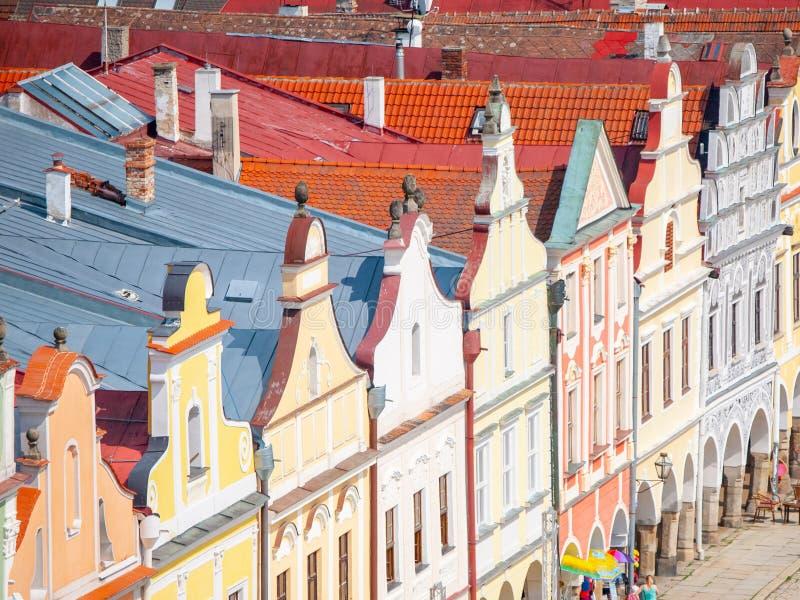 Flyg- sikt av färgrika gavlar och tak av renässanshus i Telc, Tjeckien Lokal för Unesco-världsarv royaltyfria foton