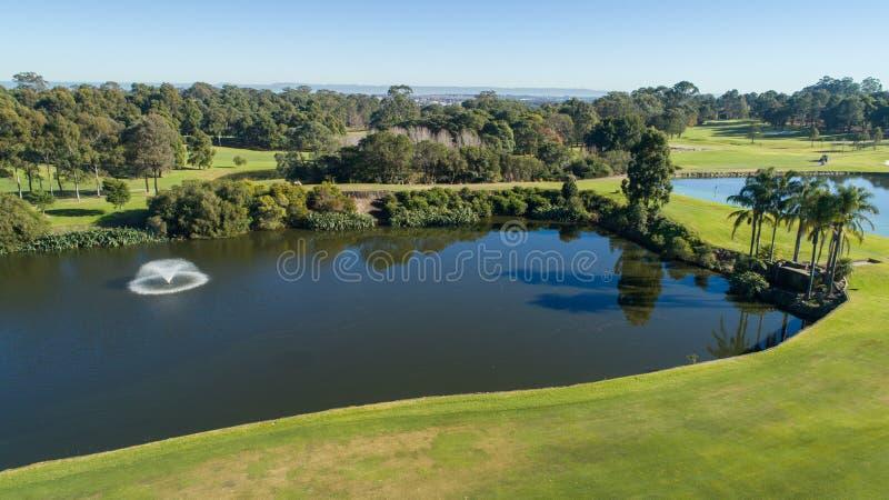 Flyg- sikt av fördämningen för golfbanavattenfara fotografering för bildbyråer