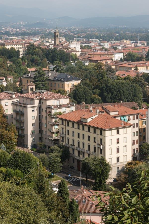Flyg- sikt av förort i Bergamo royaltyfri fotografi