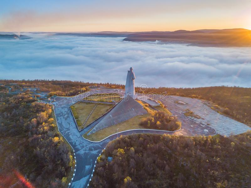 Flyg- sikt av försvarare av den sovjetiska arktiska monumentet Alyosha i Murmansk på en dimmig dag royaltyfri fotografi