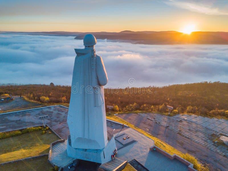 Flyg- sikt av försvarare av den sovjetiska arktiska monumentet Alyosha i Murmansk på en dimmig dag royaltyfria bilder