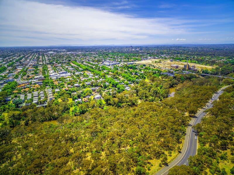 Flyg- sikt av Fairfield förort och den Yarra boulevarden, Melbourne, Australien royaltyfri fotografi