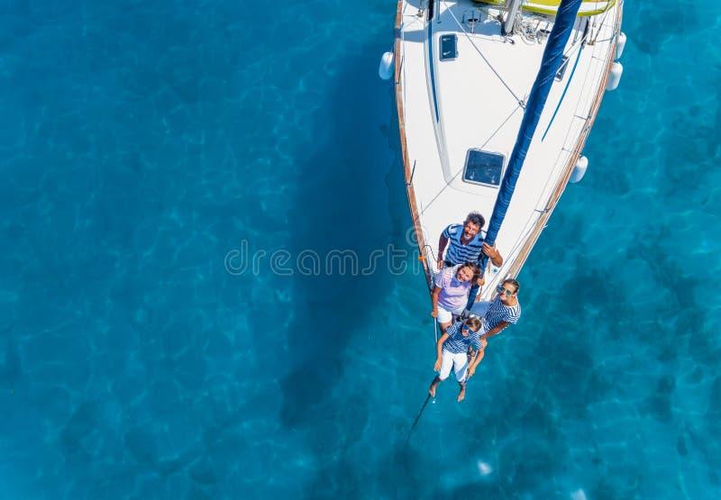 Flyg- sikt av familjen med förtjusande ungar som vilar på yachten royaltyfria bilder