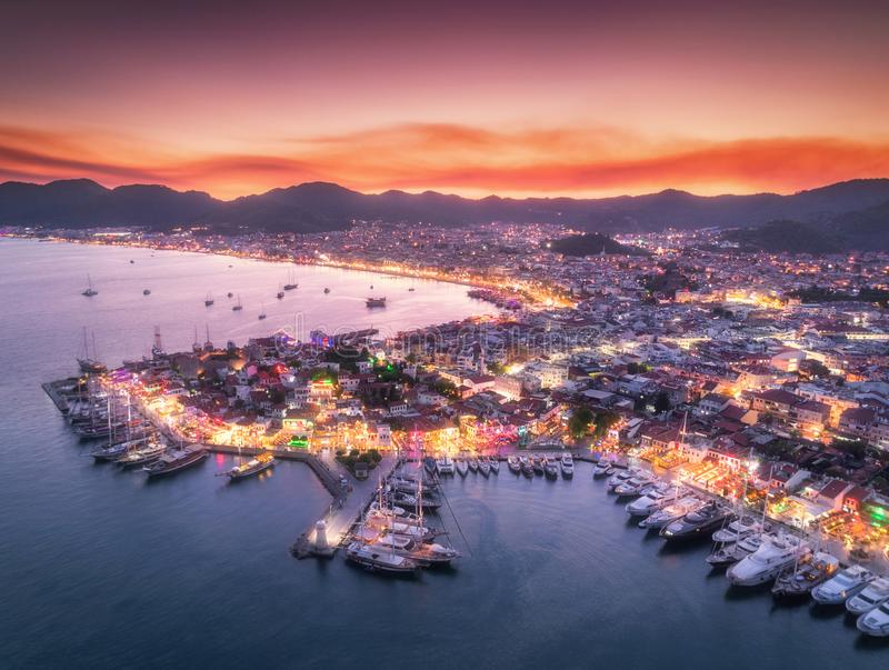 Flyg- sikt av fartyg och den härliga staden på natten i Marmaris fotografering för bildbyråer