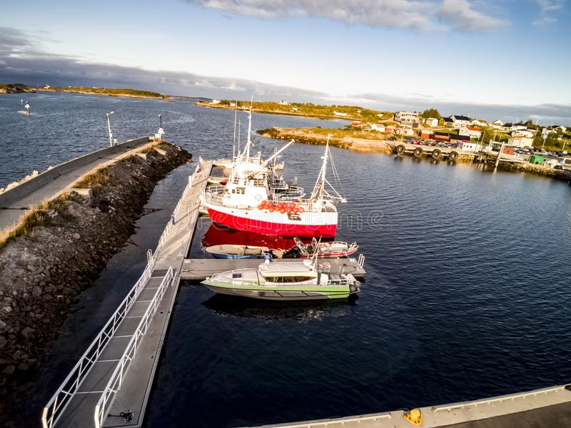 Flyg- sikt av fartyg som förtöjas på stranden, Norge fotografering för bildbyråer