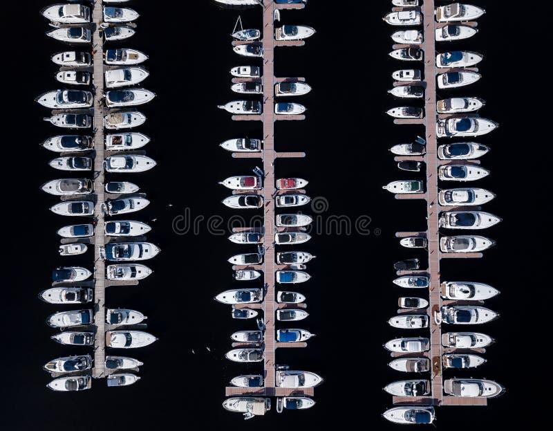 Flyg- sikt av fartyg som parkeras på skeppsdockan arkivfoto