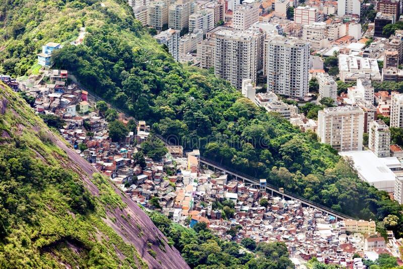 Flyg- sikt av favelaen och höghus i Rio de Janeiro, royaltyfria foton