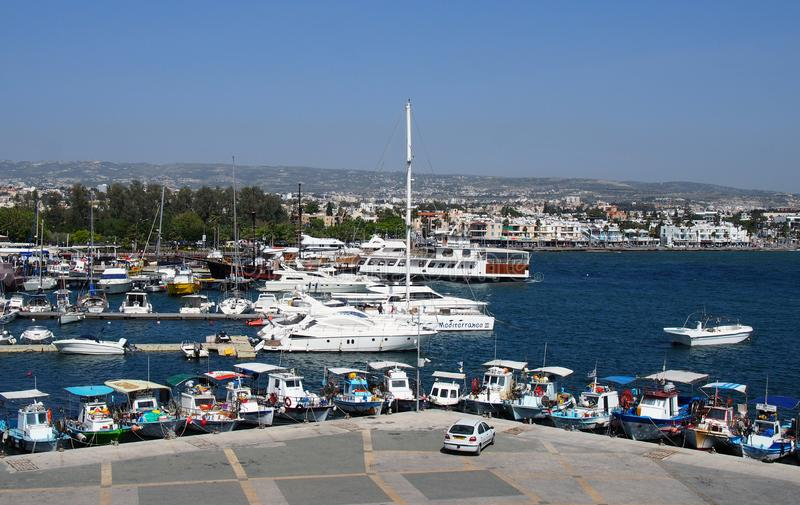 flyg- sikt av fiskebåtar och yachter som förtöjas i den Paphos hamnen med stolpebyggnaderna och stad i avståndet arkivbilder