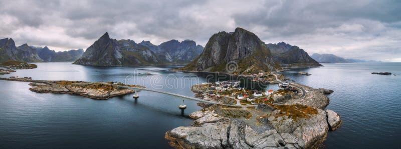 Flyg- sikt av fiskelägen i Norge royaltyfri bild