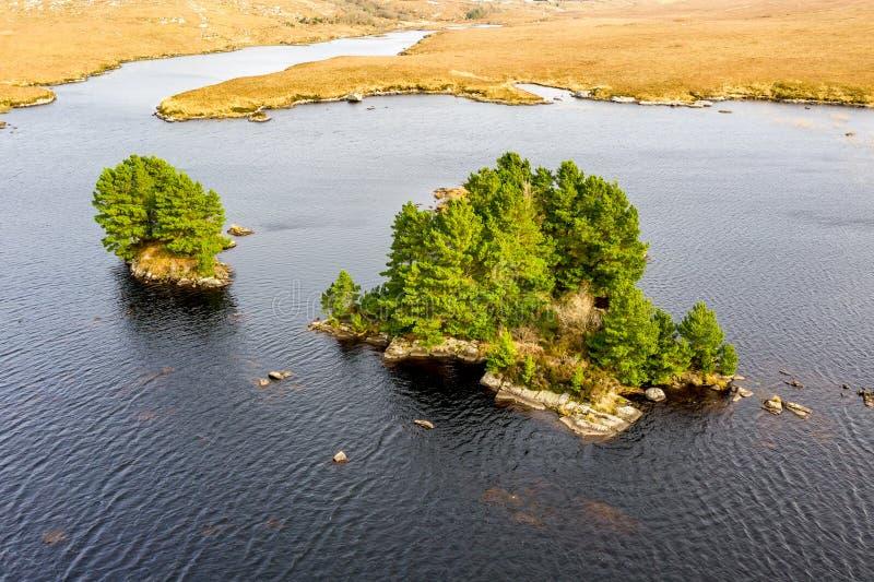 Flyg- sikt av fjordMhin Leic na Leabhar - den Meenlecknalore loughen - n?stan Dungloe i st?ndsm?ssiga Donegal, Irland royaltyfria foton
