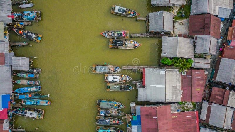 Flyg- sikt av floden med fartyget av fiskarebyn royaltyfri bild