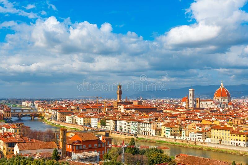 Flyg- sikt av Florence med Ponte Vecchio, River Arno och Florence Duomo, Tuscany, Italien royaltyfria bilder