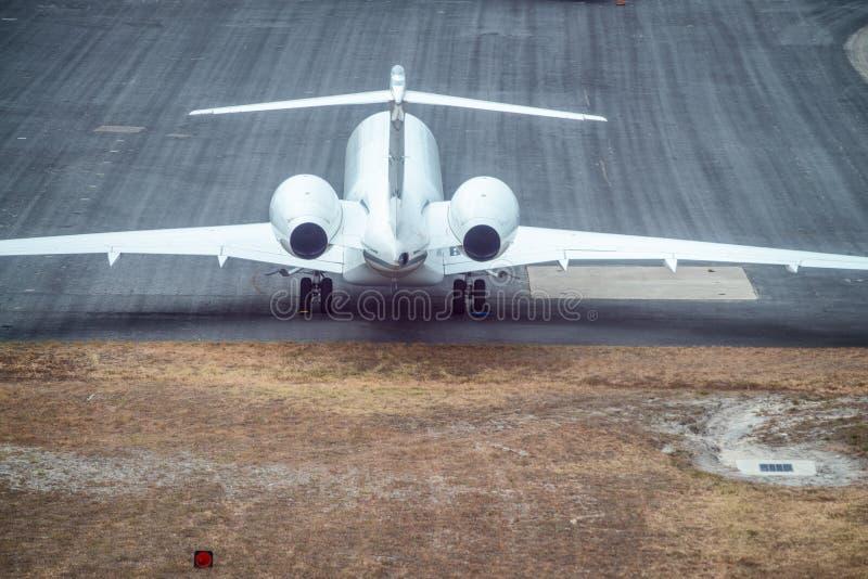 Flyg- sikt av flygplanet som är klar att ta av på flygplatslandningsbana royaltyfri foto