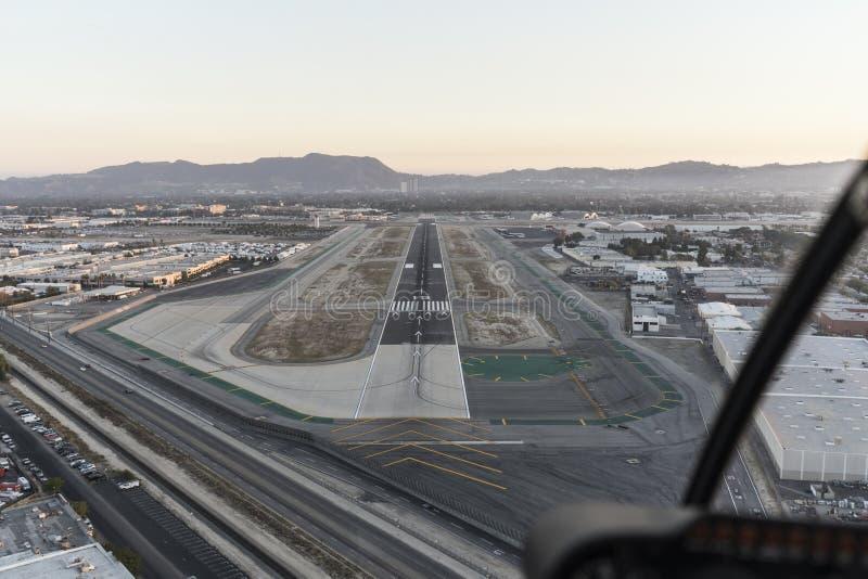 Flyg- sikt av flygplatslandningsbanan i Sanen Fernando Valley arkivfoto