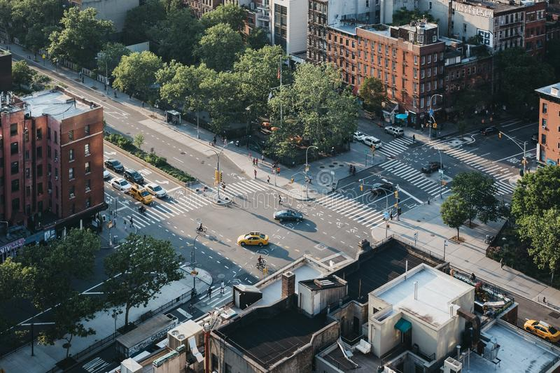 Flyg- sikt av folk och bilar på en gata i Lower East Side, New York, USA royaltyfria bilder