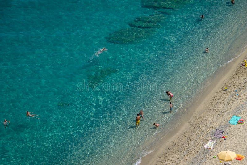 Flyg- sikt av folk som har gyckel i den Tropea stranden - Tropea, Calabria, Italien royaltyfri fotografi