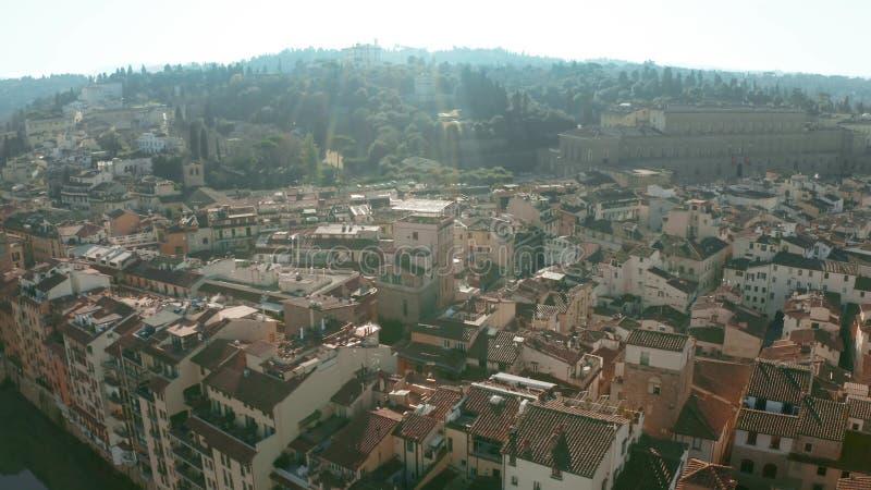 Flyg- sikt av forntida Forte- di Belvedere, den Palazzo Pitti slotten och riverfronthus i Florence, Italien royaltyfri fotografi