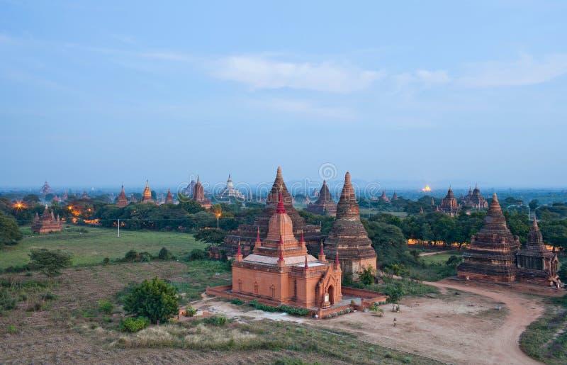 Flyg- sikt av forntida tempel i Bagan, Myanmar arkivbild