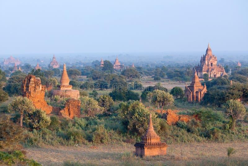 Flyg- sikt av forntida tempel i Bagan, Myanmar arkivbilder