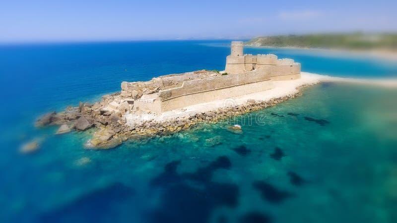 Flyg- sikt av Fortezza Aragonese, Calabria, Italien arkivfoto