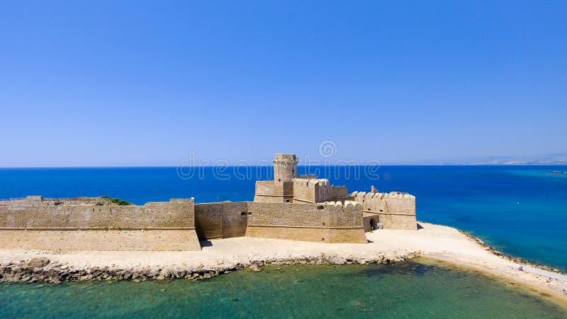 Flyg- sikt av Fortezza Aragonese, Calabria, Italien arkivfoton