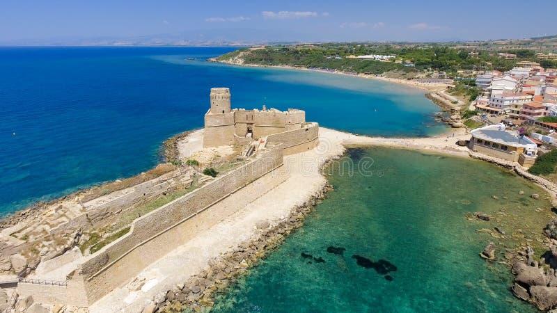 Flyg- sikt av Fortezza Aragonese, Calabria, Italien royaltyfri bild