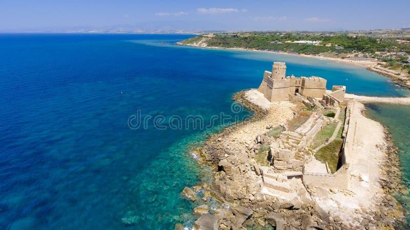Flyg- sikt av Fortezza Aragonese, Calabria, Italien arkivbilder