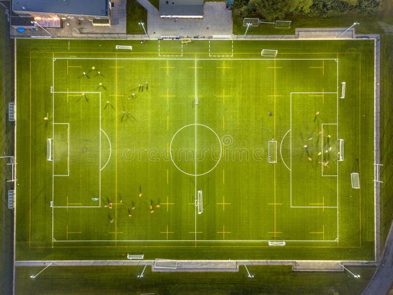 Flyg- sikt av fotbollfältet på natten royaltyfria bilder