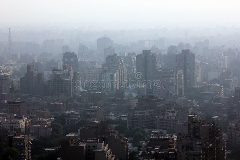 Flyg- sikt av fullsatta cairo med disigt luftvillkor i Egypten