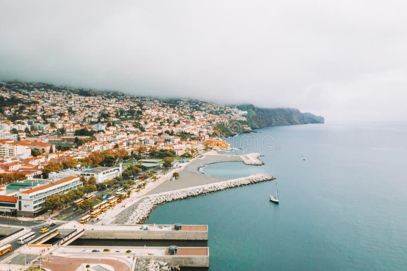 Flyg- sikt av Funchal den gamla staden - huvudstaden av madeiraön under molnigt väder arkivfoton
