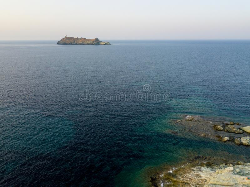 Flyg- sikt av fyren och tornet på ön av Giraglia Cap Corse halvö corsica france royaltyfri fotografi