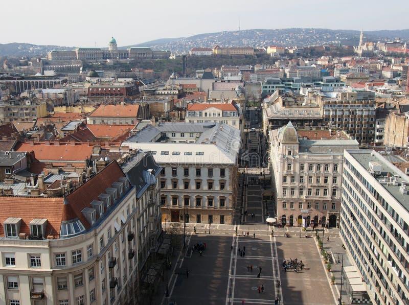 Flyg- sikt av fyrkanten för domkyrka för visning för budapest stadslandskap med budaslotten och kullar i avståndet arkivfoton