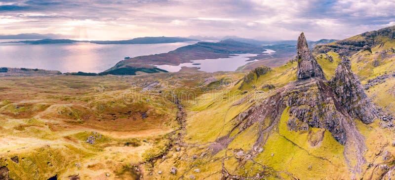Flyg- sikt av gamala mannen av Storr och de Storr klipporna p? ?n av Skye i h?st, Skottland, F?renade kungariket arkivbilder