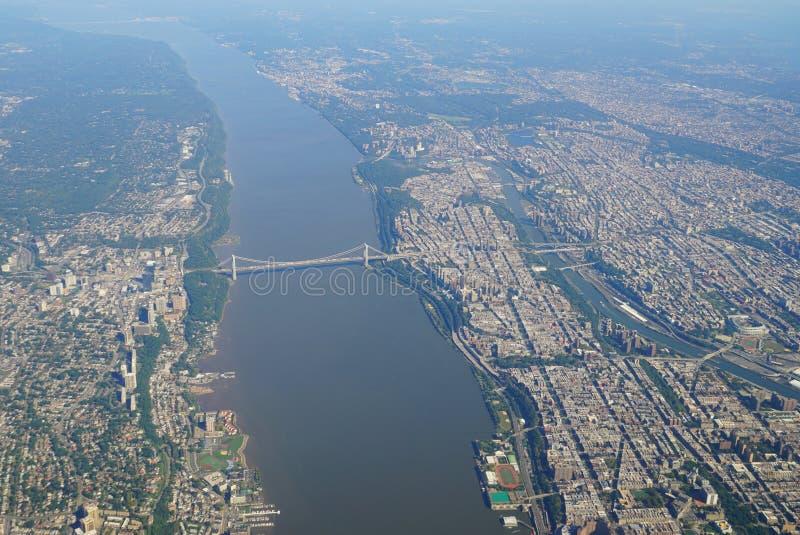 Flyg- sikt av George Washington Bridge mellan New York och nytt - ärmlös tröja royaltyfri fotografi