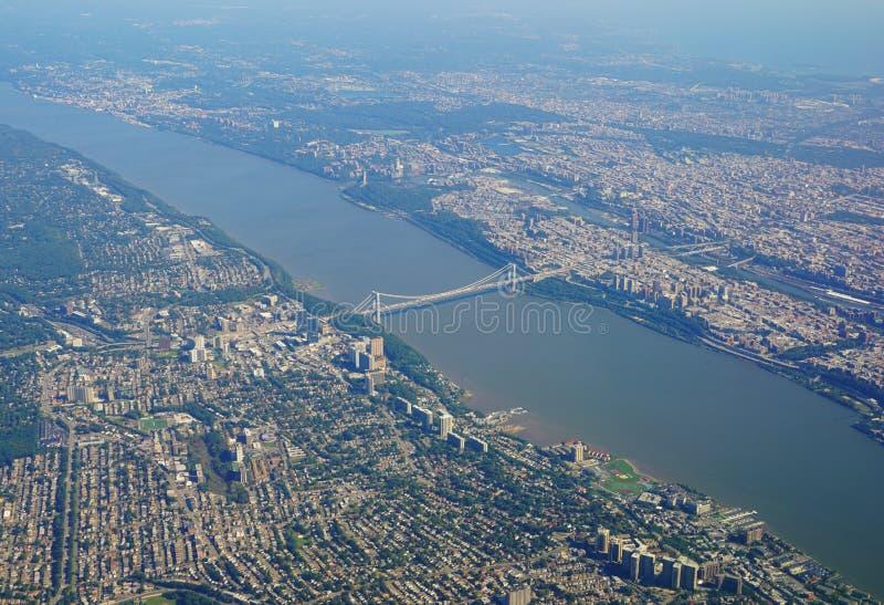 Flyg- sikt av George Washington Bridge mellan New York och nytt - ärmlös tröja royaltyfria foton